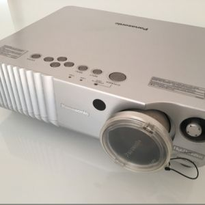 Panasonic PT-AE700E (高清投影機,連相關cable and 100' projecting screen)